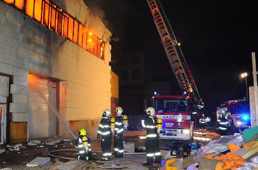 Požár bývalého trampolínového centra v Praze 9.