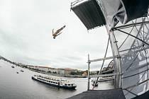 O víkendu se v Praze představili nejlepší tuzemští skokani do vody. Do Vltavy se vrhali ze šestnáctimetrové věže umístěné na Smíchovské náplavce.