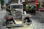 Požár kopie historického vozidla.