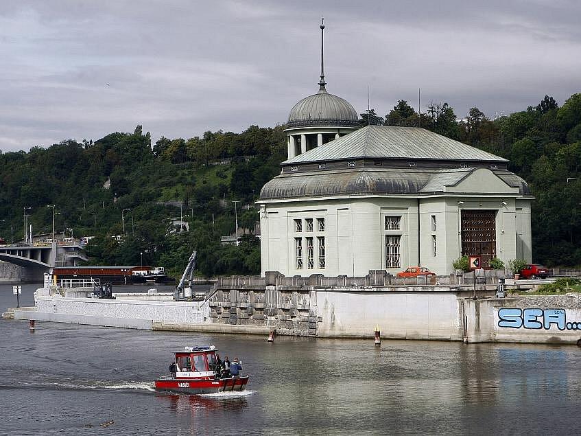 Malá vodní elektrárna na špici ostrova Štvanice.
