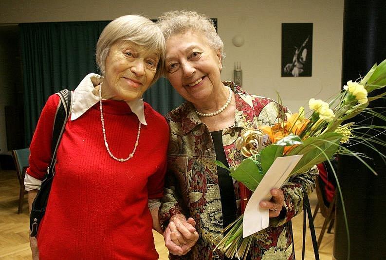 Oslava narozenin nejstarších studentek Centra celoživotního vzdělávání v KC Vltavská se konala ve středu 18. ledna. Pogra¬tulovat jim přišla mimo jiné herečka Ljuba Skořepová, která zde uspořádala i autogramiádu.
