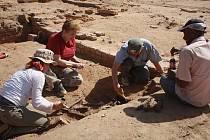 ČLENOVÉ EXPEDICE Národního muzea při revizním průzkumu tzv. Východního chrámu. Na fotografii je zřejmé mělké uložení zdí i jejich dobrá zachovalost.