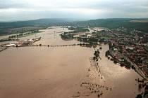 Rozvodněná Berounka u obce Radotín v roce 2002.