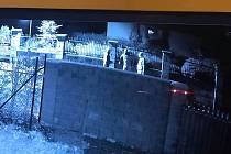 Obyvatele okolí Prahy děsí gang vykradačů domů. Tento snímek z Mirošovic zachytil tři osoby v kuklách krátce před tím, než bylo policii oznámeno vloupání.