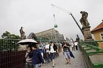 První etapa rekonstrukce Karlova mostu, která spočívala v opravě části mostu od Malostranského náměstí po schody na Kampu je dokončena. Nyní se postupuje k části nad Vltavou.