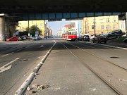 Na pražské Balabence došlo k pádu kusu železničního mostu.