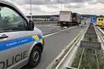 Na Pražském okruhu se vybouraly tři kamiony. Na silnici se vysypalo pivo.