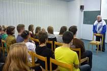 Studenti besedují s komunistickým vězněm Augustinem Bubníkem