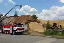 Hasiči zasahovali u požáru hromady štěpky v Letňanech.