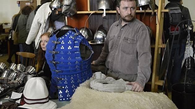 Šermíři, lučišnice, příznivci historie všeho druhu i běžní návštěvníci si na šermířské burze přišli na své. K dostání bylo vše od historických zbraní až po dobové oblečení.