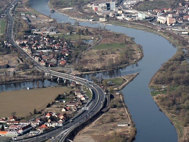 Na soutoky Vltavy s Berounkou leží podle mínění zástupců hlavního města unikátní zelená plocha, proto by tam mohl vzniknout příměstský park.