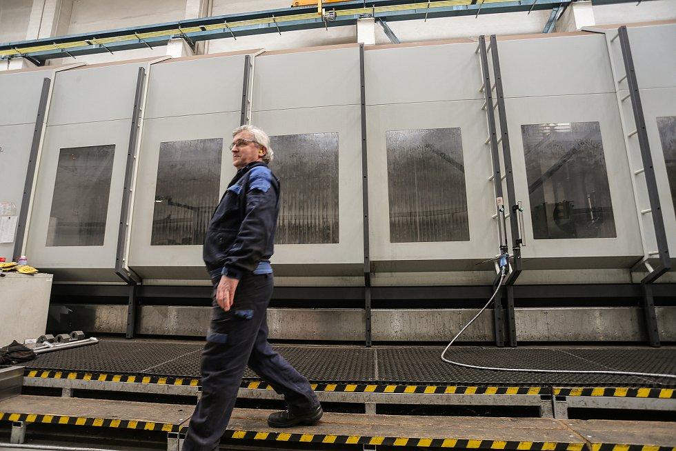 Čtyřosé obráběcí centrum AXA zrychlí proces výroby až o polovinu. Obsluhuje ho Peter Krupa.