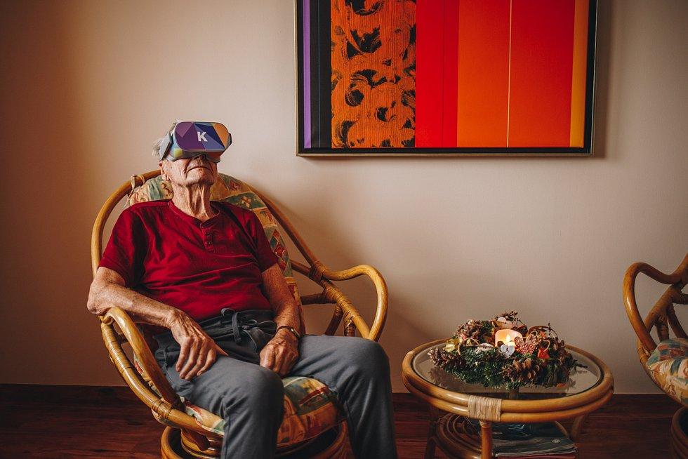 Populární mezi seniory jsou výlety do přírody nebo třeba na Karlštejn..