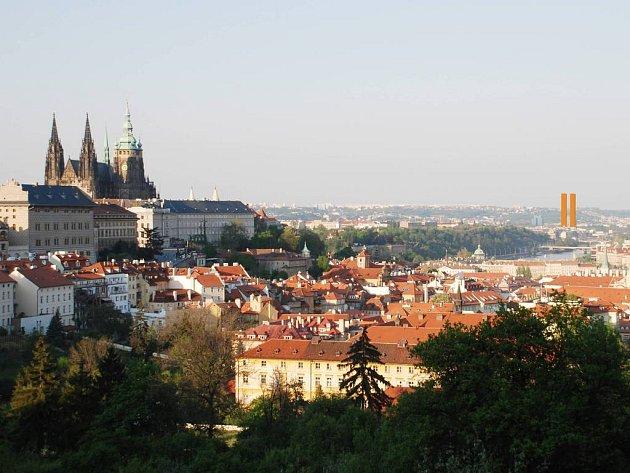 Naruší panorama. Takto podle Klubu Za starou Prahu naruší panorama Prahy developerský záměr v Holešovicích. Alespoň při pohledu ze Strahovské cesty.