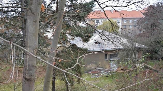 V nejbližších týdnech se rozhodne o využití bývalé polikliniky v Jeseniově ulici na Žižkově. Aktivisté tam chtějí vybudovat sociální a kulturní centrum, GIBS tam chce mít úřad.