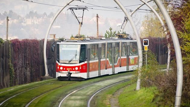 Zelený tramvajový pás.