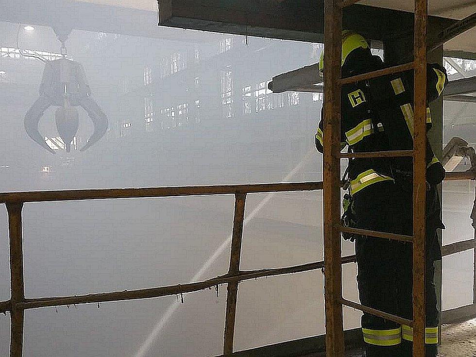 Hasiči likvidovali požár v malešické spalovně.