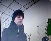Muž podezřelý z loupeže v bance.