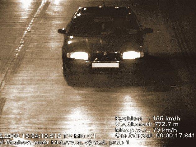 ZAPLATÍ? Tohoto řidiče by měl za překročení povolené rychlosti čekat postih v podobě 5 bodů, pokuta 5 až 10 tisíc korun a zákaz činnosti na 6 až 12 měsíců.