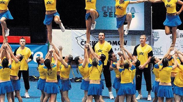 JAKO NA SPARTAKIÁDĚ. Během mistrovství republiky cheerleaders na Folimance byly k vidění sestapřipomínající spartakiádní časy.vy