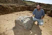 Archeologové objevili v Dobrovízi u Prahy stopy 70 větších zahloubených staveb starých 2500 let. Postavili je lidé z přelomu starší a mladší doby železné.