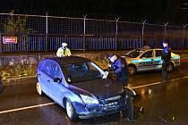 Hledaný muž ujížděl policii, zastavil ho až varovný výstřel.