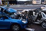 Řidič Jaguaru naboural v Modřanské ulici v Praze do tří zaparkovaných aut.