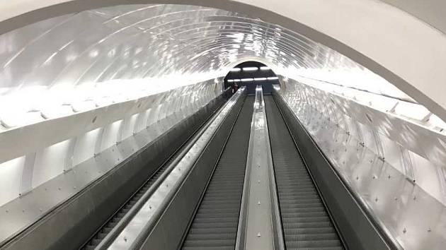 Nově eskalátory ve stanici metra Anděl přestaly po pár dnech fungovat.