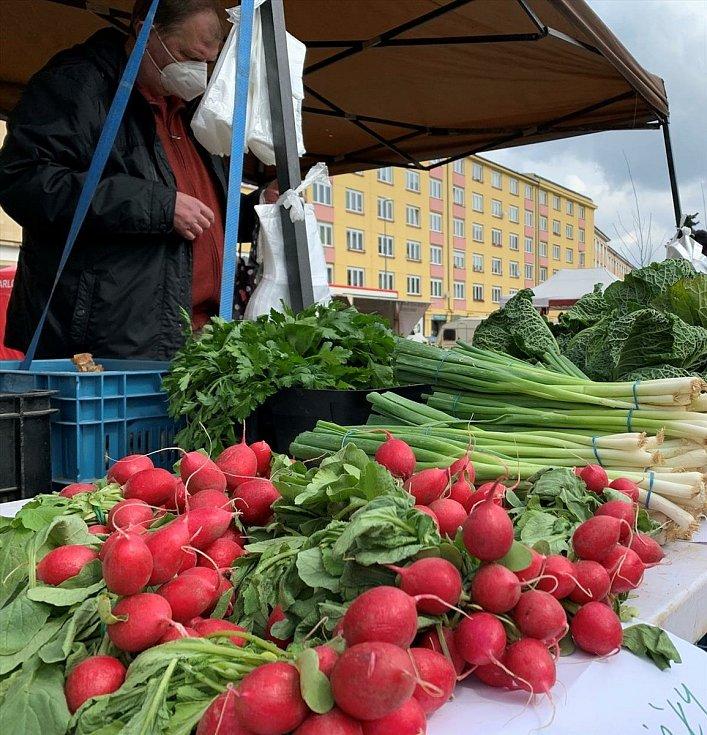 První den trhů na pražském Kubánském náměstí po jejich opětovném povolení vládou (úterý 13. dubna 2021).