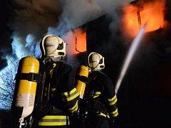 Požár pomáhalo pražským hasičům hasit sedm dobrovolných jednotek
