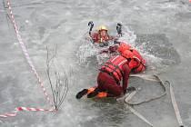 Stovka pražských hasičů se v sobotu i v neděli pustila do záchrany tonoucích.