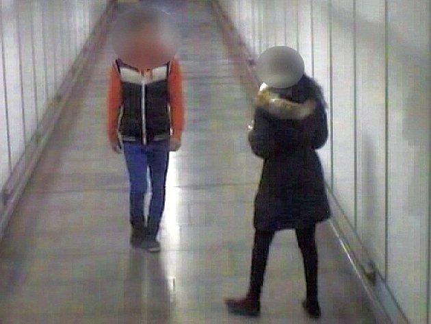 Vandalské vyznání lásky ve stanici metra Hloubětín.