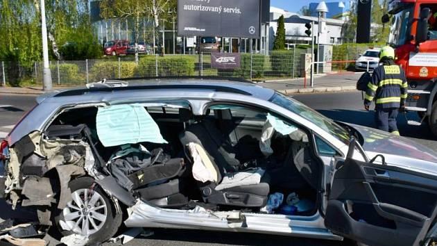 Při střetu osobního vozu s hasičskou cisternou v Praze byli zraněni dva lidé.