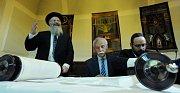 Nový svitek Tóry byl dokončen ve velkém sále Židovské radnice v Praze na Josefově.