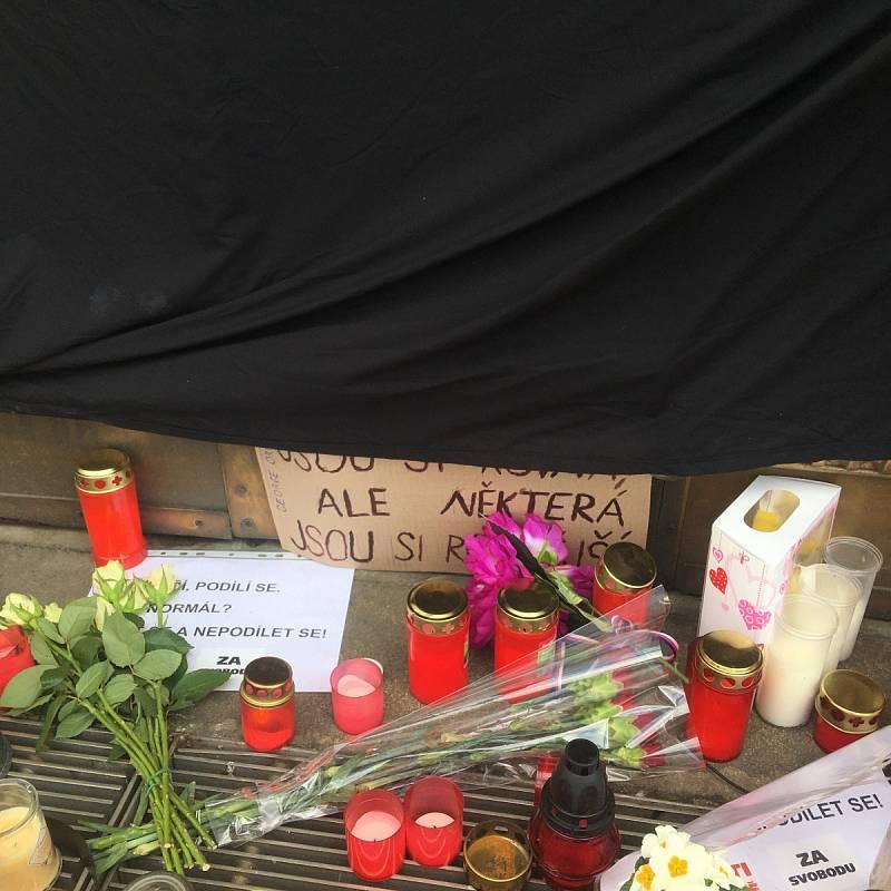 Před budovou ministerstva zdravotnictví na Palackého náměstí v Praze vzniklo kvůli sebevraždě neznámého muže pietní místo.