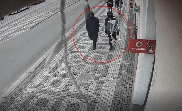 Muž a jeho společník před pokusem o loupežné přepadení chlapce na Žižkově