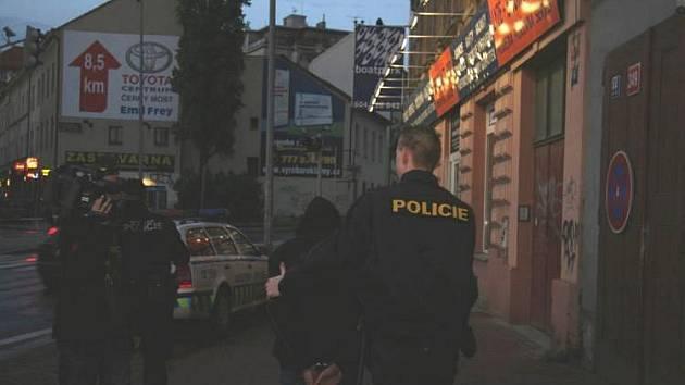 Do ulic vyšlo pětatřicet policistů. Rozdělili se na tři skupiny. Naprostá většina podezřelých podniků neuniklo jejich pozornosti. Největším úlovkem byli dva hledaní zločinci.