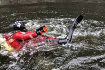 Potápěči pátrali ve Vltavě po munici
