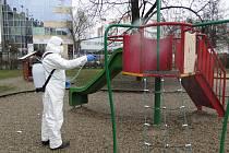 Praha 10 začala s pravidelnou dezinfekcí všech 86 dětských hřišť, která spravuje. Ta zůstávají otevřená, návštěvníci ovšem musí dodržovat veškerá vládní nařízení, zejména dvoumetrové rozestupy a ochranu nosu a úst.