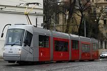 Nízkopodlažní tramvaj 14T s designem Porsche zachycena na pražském Klárově.