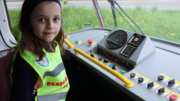 Dopravní podnik a Policie ČR v Praze pokračují v informační kampani s názvem Není cesty zpět, která má upozornit na riziko srážky chodců s tramvají. Řada lidí totiž stále neví, že tramvaj má vždycky přednost – a to i na přechodu pro chodce.