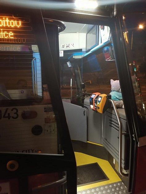 Místo napadení řidičky autobusu agresivním cestujícím: zastávka Bretcetlova vPraze 9.