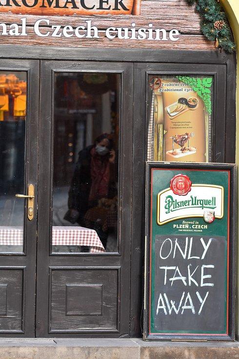 Prázdné ulice Prahy a lidé s rouškami 18. března 2020. Provoz restaurace pouze v režimu take away.