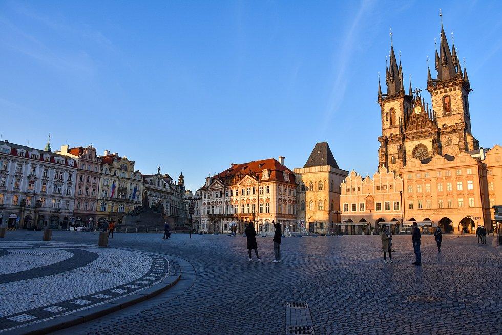 Prázdné ulice Prahy a lidé s rouškami 18. března 2020. Staroměstské náměstí.