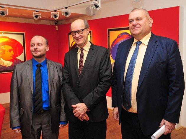 Na zahajovací výstavu nové galerie v Husově ulici přijel synovec Andyho Warhola James (uprostřed).