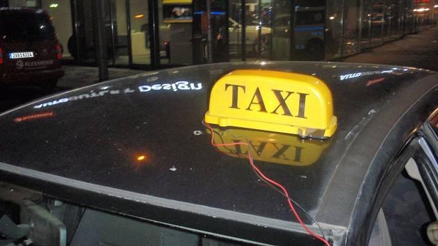 Strážníci dopadli dva nelegální taxikáře