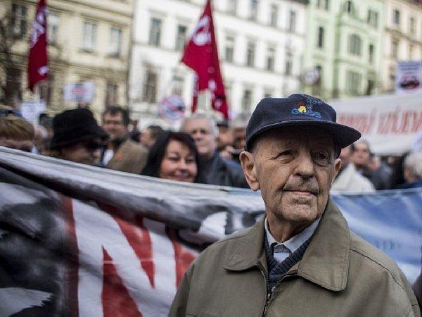 Odpůrci a přívrženci konvoje americké armády se sešli a slovně střetli 28.března na pražském Václavském náměstí. Milouš Jakeš