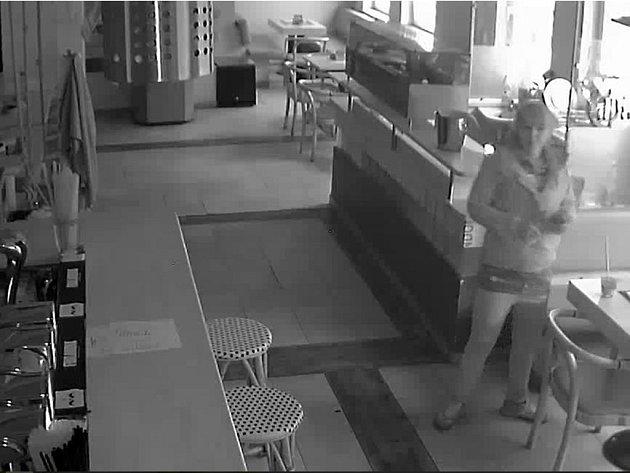 Hledaná žena v baru.