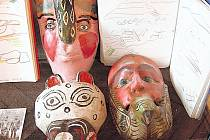 OHŇOVÁ ZEMĚ. Ze sbírky Evy Vlasákové pocházejí masky, fotografie i kresby obyvatel národního parku Sierra bel Fugo na samém jižním okraji Chile.