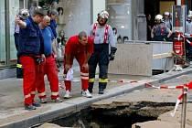 Škody, které způsobily tisíce hektolitrů vody v podzemí Lucerny, se budou likvidovat ještě řadu dní.